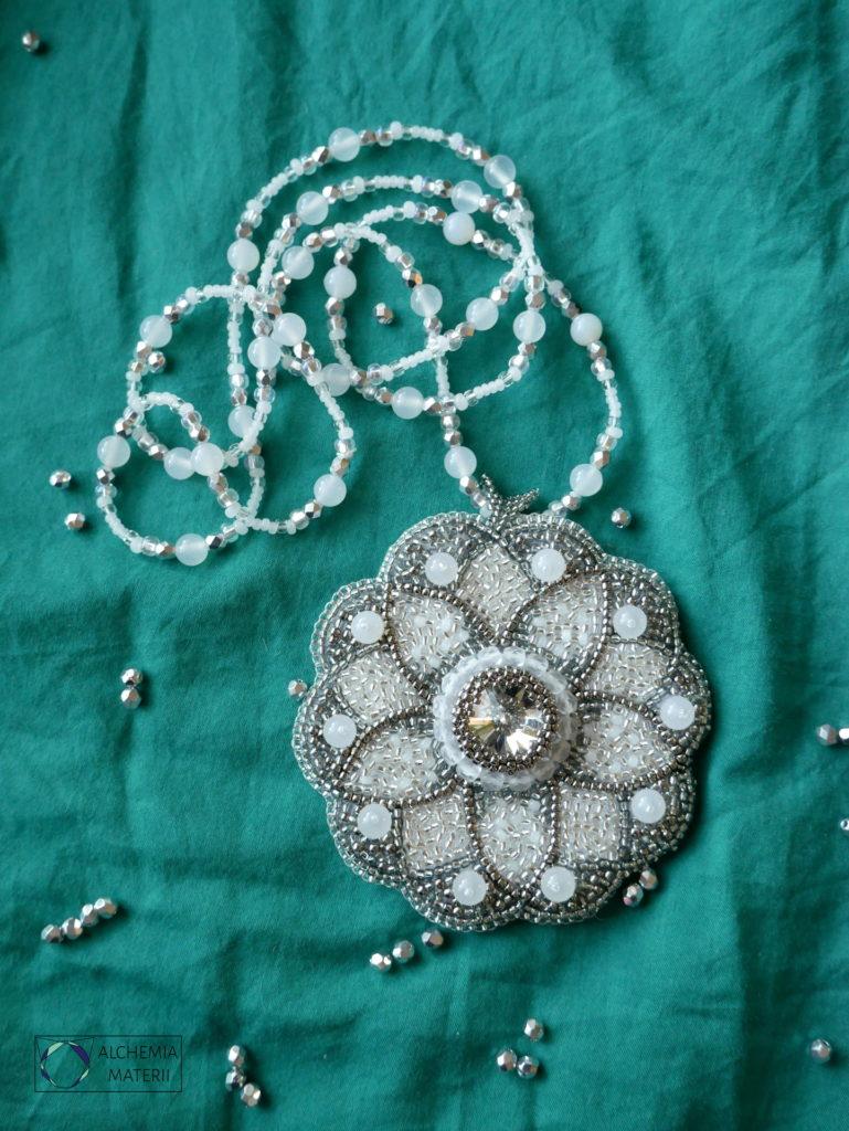 Mandala nr 2 - Lodowa. Wisior wykonany w technice haftu koralikowego.