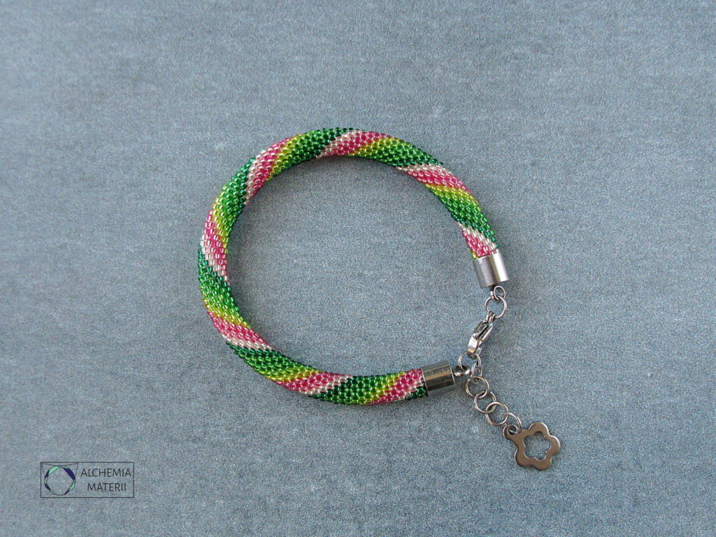 """Bransoletki """"Mini"""" wykonane w technice sznura koralikowo szydełkowego."""