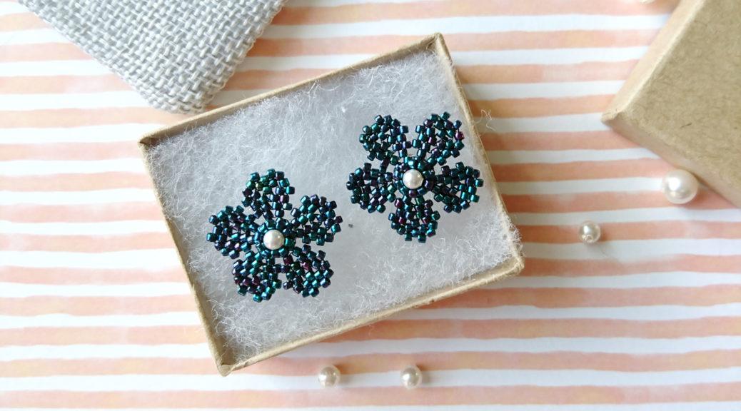Kolczyki w kształcie kwiatów z drobnych koralików.