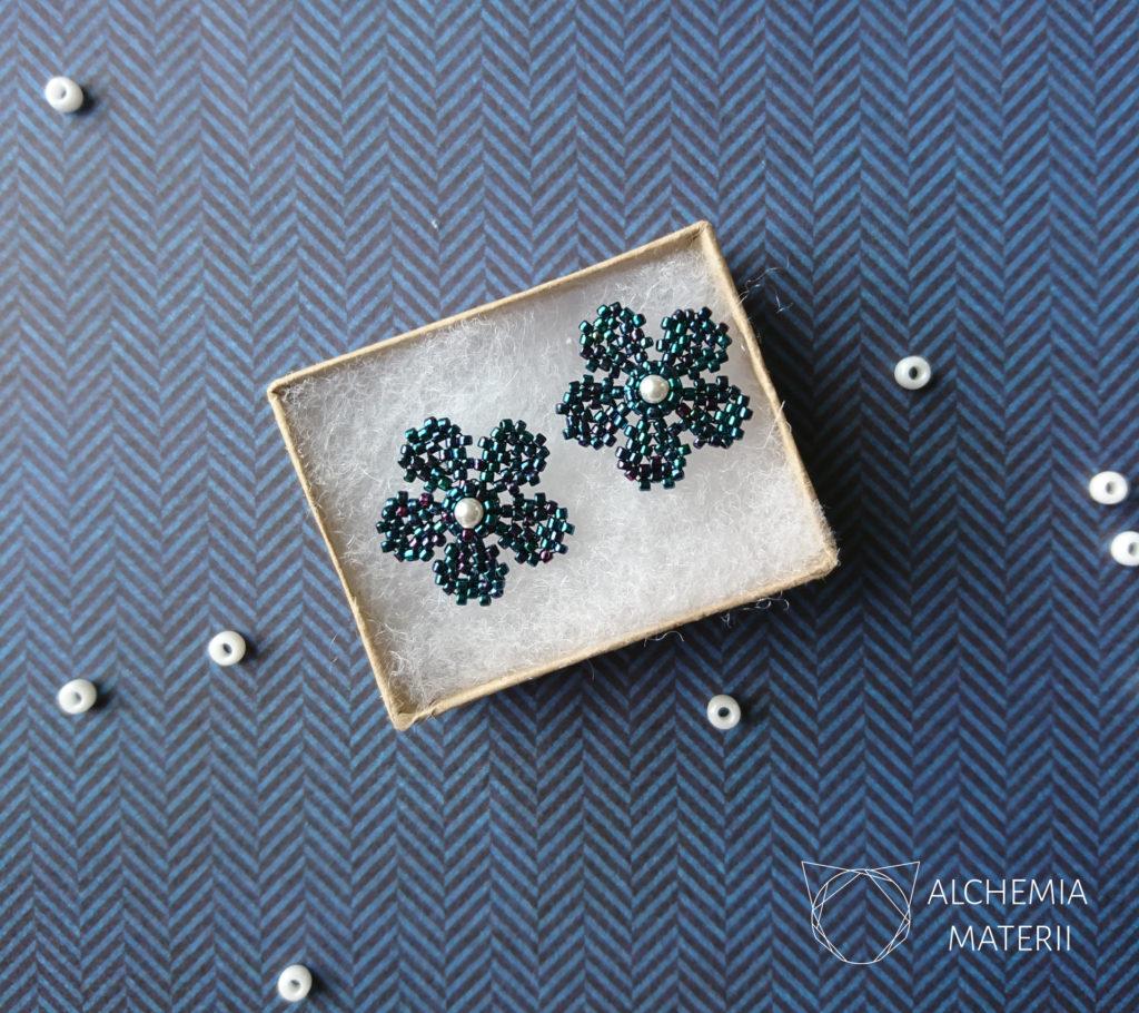 Kolczyki z drobnych szklanych koralików w kształcie kwiatów.