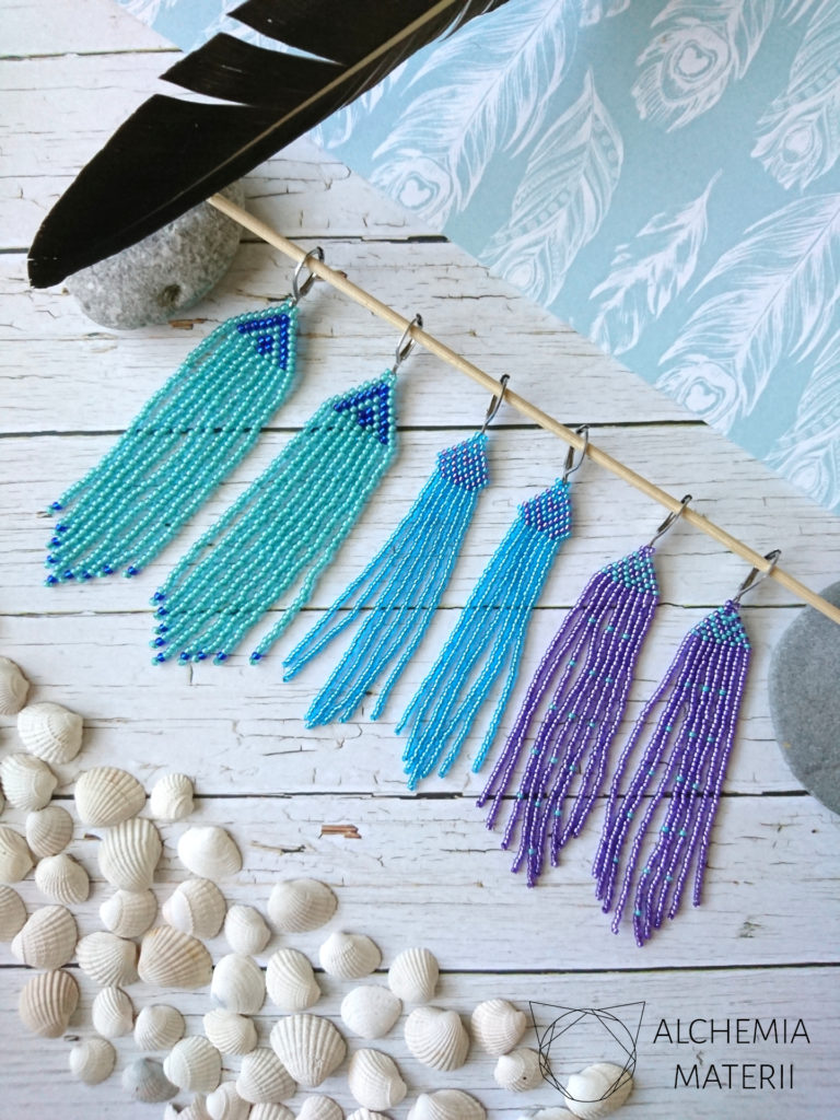 Kolczyki z drobnych szklanych koralików w stylu indiańskim.