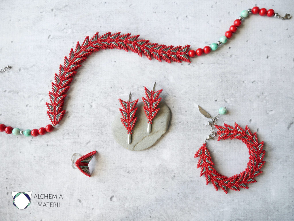 Komplet biżuterii z drobnych szklanych koralików . Przypominający smoczą łuskę .