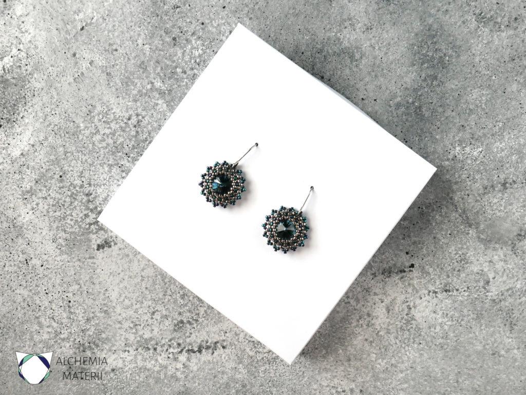 Kolczyki ażurowe z kryształami Swarovskiego ,oprawione szklanymi koralikami .