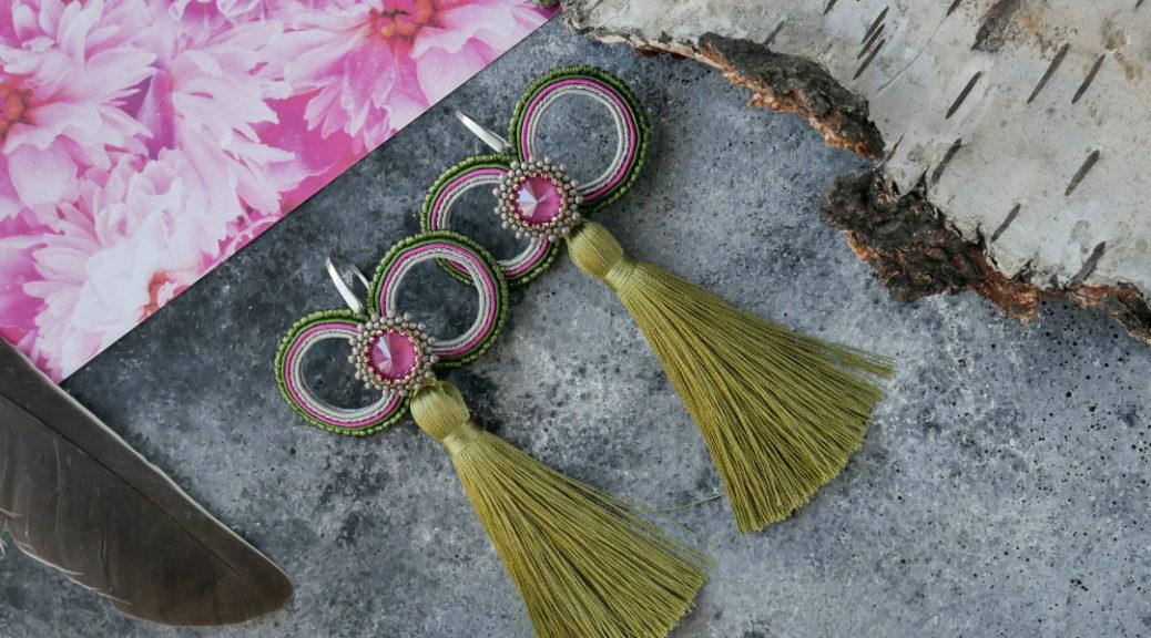 Kolczyki sutasz ,z kryształem Swarovskiego w kolorach peonii.