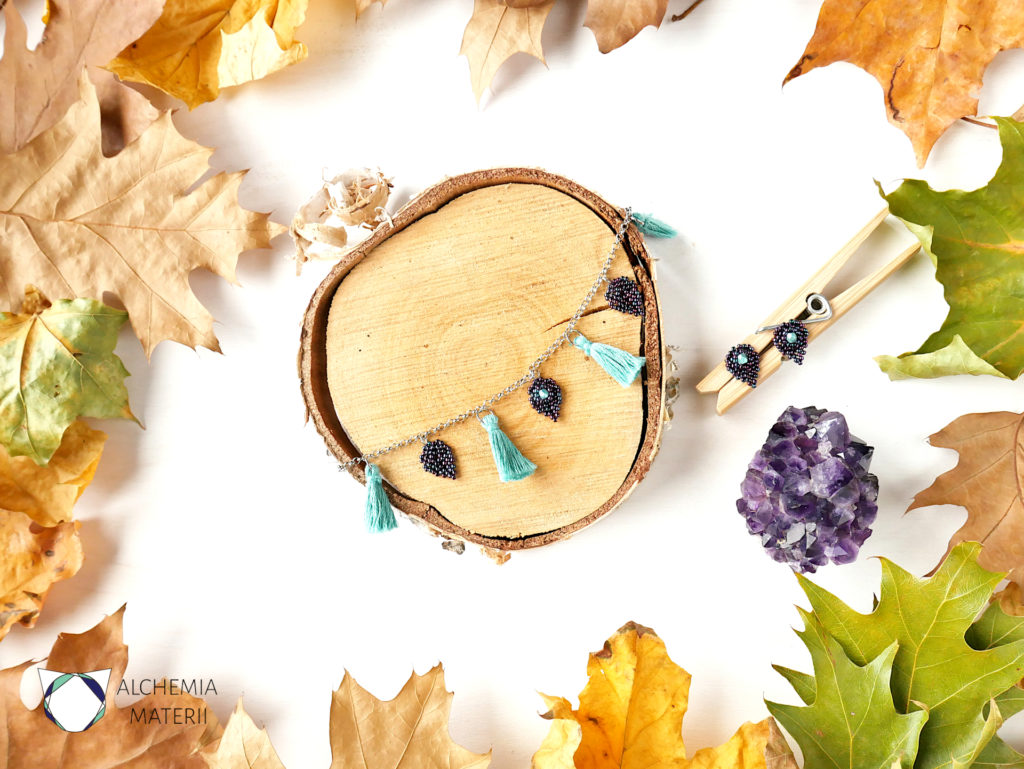Bransoletka i kolczyki z zawieszkami w kształcie liści i chwostami.